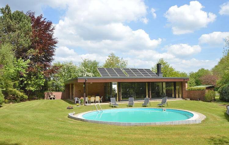 Vakantiehuis met priv zwembad belgische ardennen - Zwembad met kookeiland ...